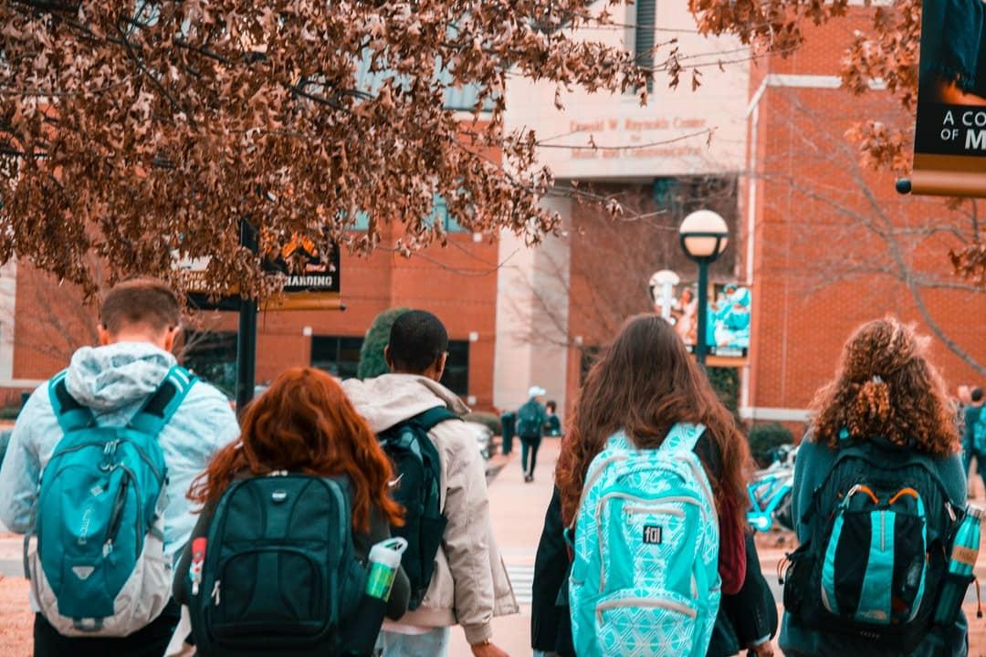Únase a las comunidades en el primer año de la universidad